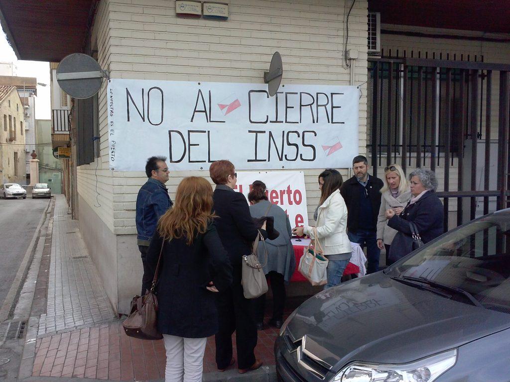 Iniciativa Porteña recogiendo firmas en el INSS de Sagunto