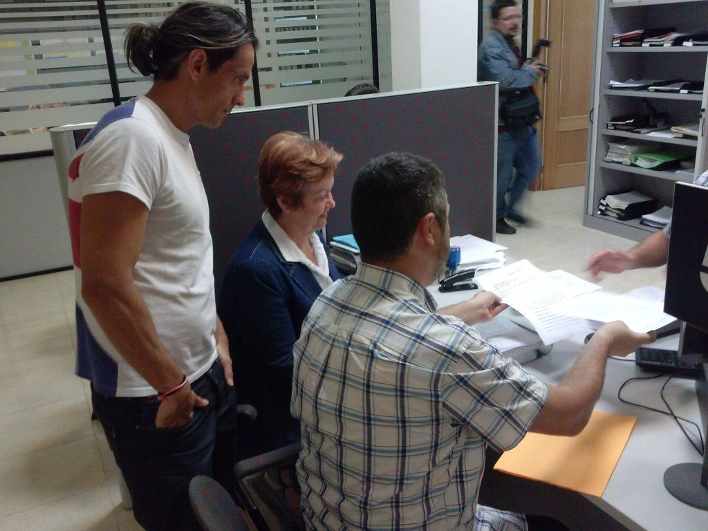 Momento de la entrega de firmas con Cosme Herranz, Pilar Berná y Manuel González