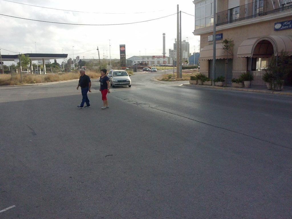 Peatones cruzando peligrosamente por donde antes había un paso de cebra