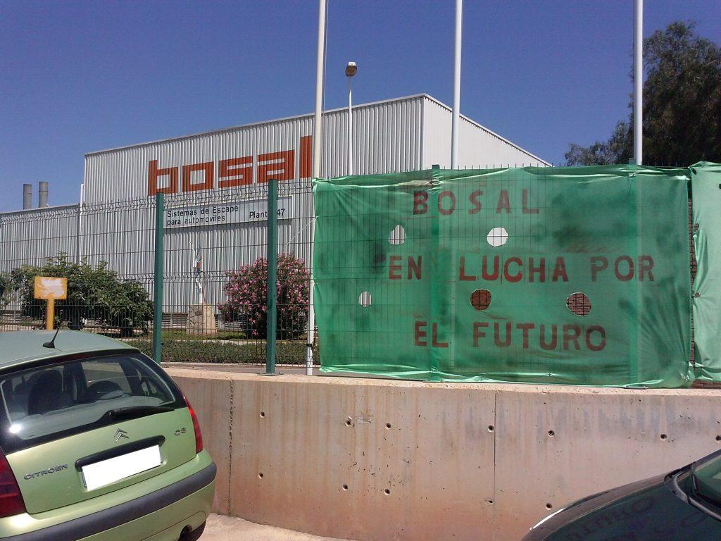 Pancarta de protesta en la puerta Bosal