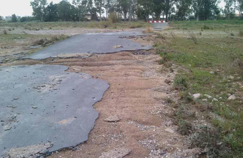 """Estado en el que quedó la carretera """"ilegal"""" que unía ambos lados del rio"""