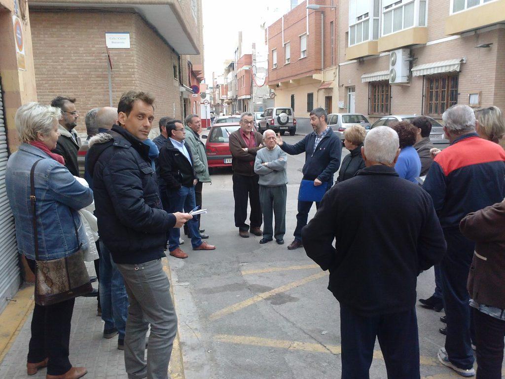 Miembros de Iniciativa Porteña con los vecinos de la calle Buenavista