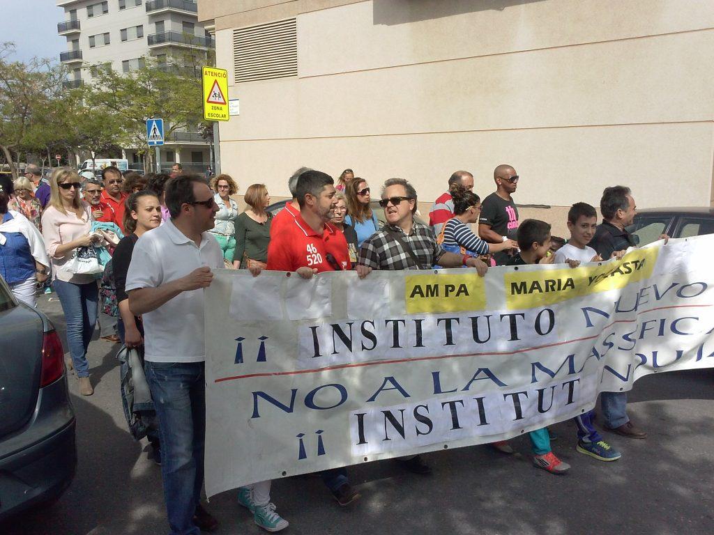 Manifestación reivindicando el Instituto nº 5 en la que se puede ver al portavoz de Iniciativa Porteña junto al actual concejal de educación Jose Manuel Tarazona