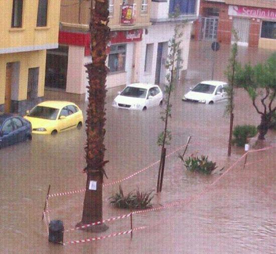 Inundaciones en la Avda Mediterráneo, a la altura del Telepizza