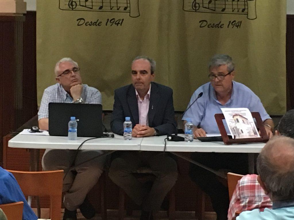 Antonio Ortiz (el ponente), Sergio Paz (Concejal de IP) y Eduardo Alberola (moderador) presiden el acto